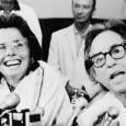 """DAVE ZIRIN MEHR ALS NUR EIN SPIEL Das vielleicht einflussreichste Beispiel für den Kampf um Frauenrechte im amerikanischen Sport verkörpert die großartige Billie Jean King. Sie gilt heute zurecht als eine der wichtigsten Sportlerinnen aller Zeiten. King war vermutlich die erste Athletin, die den Feminismus ins Zentrum des Sports rückte. Sie war weit mehr als nur Athletin oder Symbol, denn sie beteiligte sich aktiv an der Frauenbewegung für Gleichberechtigung. Laut der lesbischen Tennismeisterin Martina Navratilova """"verkörperte sie [...]"""