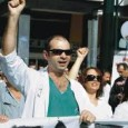 """<a href=""""http://de.labournet.tv/video/6551/die-klinik-der-solidaritaet""""></a>       Die """"Klinik der Solidarität"""" im nordgriechischen Thessaloniki wurde im Herbst 2011 von engagierten Kolleg_innen aus dem Sozial- und Gesundheitsbereich gegründet. Die Ambulanz wird von den behandelnden Ärzt_innen, Krankenpfleger_innen und Therapeut_innen selbstverwaltet geführt. Bis zu 100 Patient_innen nehmen täglich die Leistungen der Ambulanz in Anspruch. Wegen fehlenden Versicherungsschutzes und massiver Einsparungen im Gesundheitssystem nimmt die Zahl der Patient_innen stetig zu. Die Gesundheitsambulanz versteht sich als politisches [...]"""