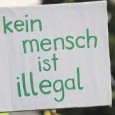 """Von: Free Mumia Berlin [<a href=""""mailto:info@mumia-hoerbuch.de"""">mailto:info@mumia-hoerbuch.de</a>] Gesendet: Donnerstag, 28. August 2014 13:35 Am Dienstag, 25.08.2014, besetzen 8-10 Refugees das Dach eines Hostels in der Gürtelstraße, Friedrichshain (Berlin). Sie sind ehemalige Oranienplatzbewohner*innen, die sich nun weigern in die für sie asylrechtlich zuständigen Städte zurückzukehren. Wie schon bei der Räumung der besetzten Schule in der Ohlauer Straße sperrte die Polizei die Gürtelstraße weiträumig ab. Wir haben uns an der Absperrung [...]"""