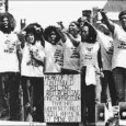 """<a href=""""http://www.youtube.com/watch?v=q-GWAi_3Ue8""""></a> <a href=""""http://www.youtube.com/watch?v=q-GWAi_3Ue8""""></a>        MOVE ist eine afro-amerikanische, politische und nach eigenem Bekunden """"der Natur verbundene"""" Organisation. Sie wurde 1972 von Vincent Leaphart (1931–1985), alias John Africa, und Donald Glassy – ein weißer Akademiker der Universität Pennsylvania[2] − in Philadelphia, Pennsylvania, USA gegründet. Die Mitglieder trugen den angenommenen Nachnamen """"Africa"""". Äußerlich waren sie durch ihren Dreadlock-Haarschnitt charakterisiert, der anfangs noch teils als provozierend für die weiße Oberschicht betrachtet [...]"""