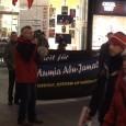 """Die alljährliche Kundgebung des Komitees """"Freiheit für Mumia Abu-Jamal""""*) hatte heuer am 9. Dezember eine besondere Bedeutung, weil die Staatsanwaltschaft Philadelphias am 7.12.2011 ihren Antrag auf Hinrichtung Mumia Abu-Jamals zurückgezogen hatte. Sie bestand aber darauf, Mumia lebenslang ohne Berufungsrecht einzusperren. Um so stärker forderten wir die Freiheit für unseren Genossen Mumia Abu-Jamal!  *) Im November 2011 benannten wir unser """"Mumia-Solidaritäts""""-Komitee in Komitee """"Freiheit für Mumia Abu-Jamal"""" [...]"""