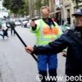 """Veröffentlicht am 31.12.2015  Kürtsat News kameramanı Baran Ok'u görüntü almaya çalıştığı sırada gözaltına almak isteyen polis, Ok'u zırhlı araca bindirdi. Polisin gözaltı yapmasını engellemek isteyen Kürtsat News muhabiri arkadaşının gözaltına alınmasını engelleyemeyince zırhlı aracın önüne geçti. Polis zırhlı araç önündeki muhabirin üzerine sürerek ezmek istedi, muhabir son anda kenara çekilerek ezilmekten kurtuldu. Haberin tamamı için: <a title=""""http://sendika8.org/2015/12/diyarbakirdan-sura-yuruyenlere-polis-saldirisi-2/"""" dir=""""ltr"""" href=""""http://sendika8.org/2015/12/diyarbakirdan-sura-yuruyenlere-polis-saldirisi-2/"""" rel=""""nofollow"""" target=""""_blank"""">http://sendika8.org/2015/12/diyarbaki…</a>"""